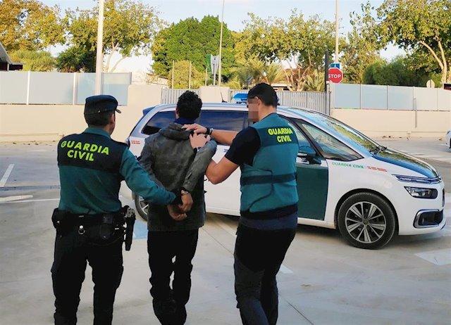 Photo of La Guardia Civil detiene a cuatro delincuentes especializados en robos con violencia e intimidación en domicilios