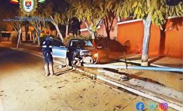 Photo of Un conductor borracho herido tras chocar con una farola y destrozar su coche
