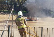 Photo of Los bomberos se las ingenian para apagar el incendio de una embarcación en el río Guadalquivir