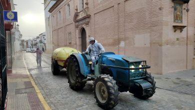 Photo of Los agricultores de Benacazón usan sus tractores para desinfectar las calles contra el coronavirus