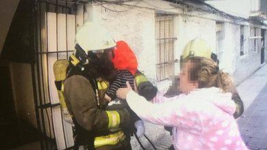 Photo of Los bomberos salvan la vida de cinco personas atrapadas en un incendio de San juan de Aznalfarache