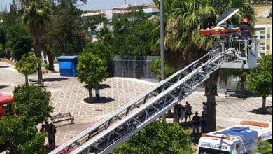 Photo of Los bomberos evacuan por la ventana de su piso en San Juan a un varón obeso atrapado y herido