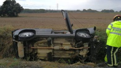 Photo of Una trabajadora de la Diputación es rescatada tras volcar con su vehículo en la carretera de Pilas