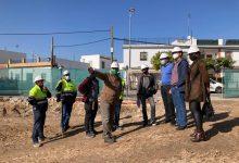 Photo of El alcalde de Valencina visita las obras de la nueva biblioteca municipal